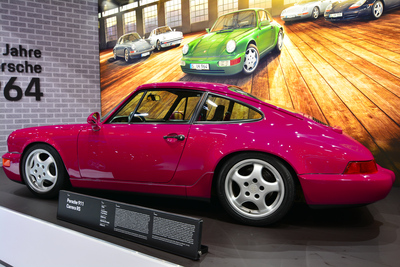 Une 964 rose-mauve issue du stand Porsche