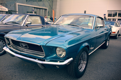 Une Ford Mustang bleue